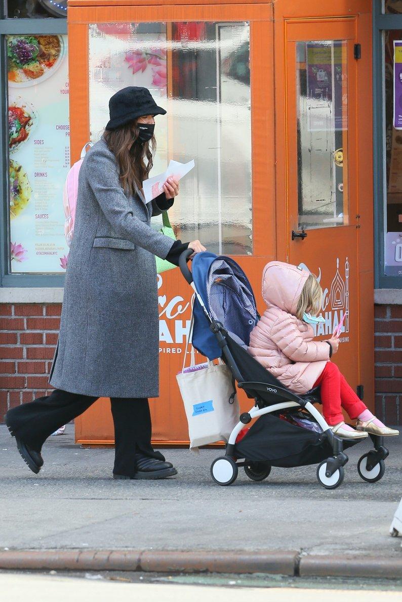 Прикрылась шляпой, чтобы не узнали: в каком виде Шейк вывела 4-летнюю дочь на прогулку