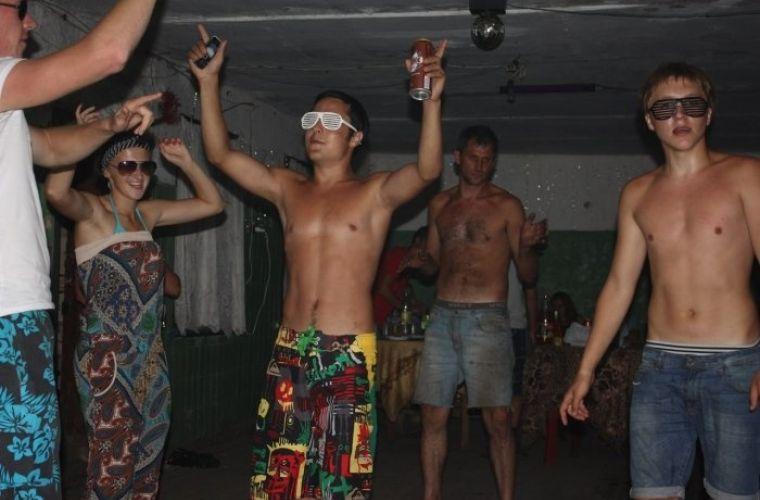 «Танцы на стиле!» 20 угарных фотографий с деревенской дискотеки