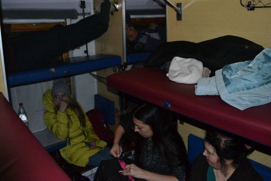 «Прелести» плацкартного вагона 2: как выжить среди вспотевших ног
